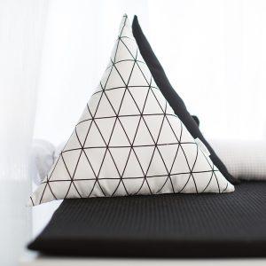 כרית משולשת דגם שחור לבן