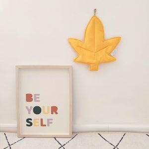 עיצוב קירות בחדר ילדים - אקססוריז לתליה על הקיר עלה שלכת צהוב